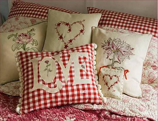 Decoração para o Dia dos Namorados com almofadas românticas