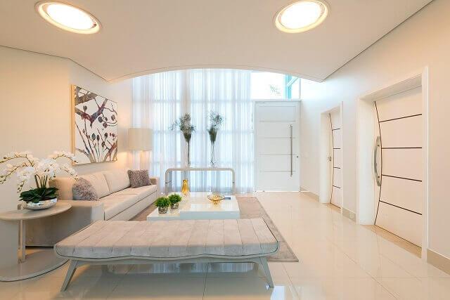 Decoração clean com quadros para sala colorido e discreto Projeto de Iara Kilaris