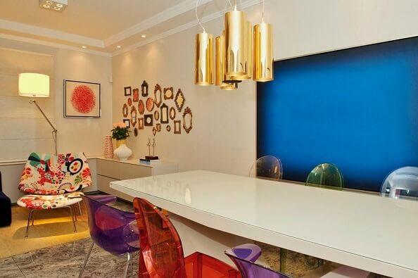 Quadros para sala azul em ambiente colorido Projeto de Debora Bz Brandão