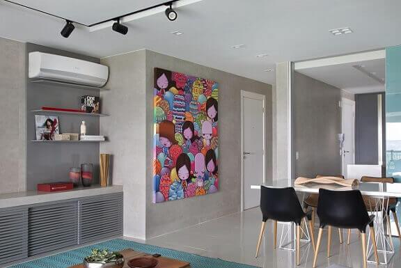 Quadros para sala colorido em ambiente mais sóbrio Projeto de Fernanda Azevedo Mancini