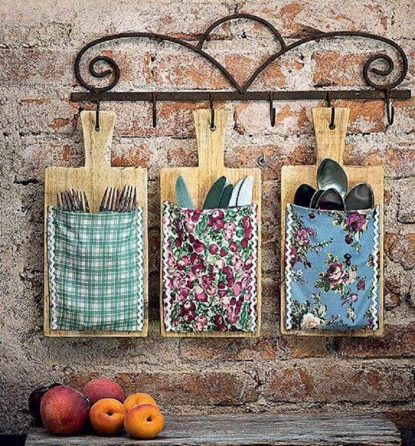 enfeites para cozinhas tabua de madeira como porta talheres