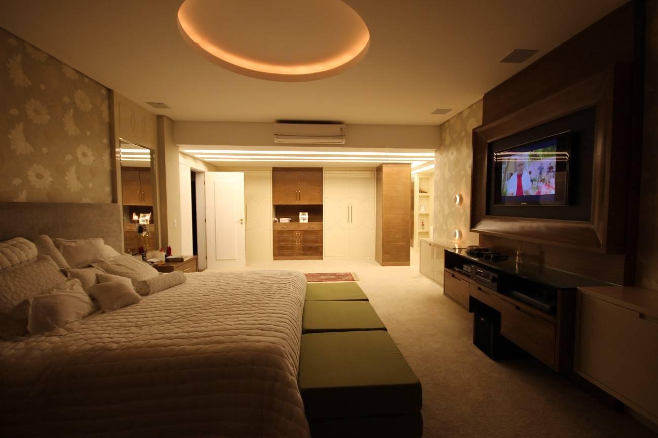 iluminação para quarto de casal com parte dos armários bem iluminada