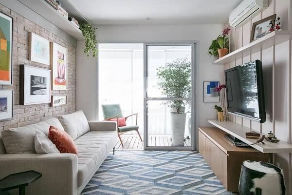 As prateleiras trazem beleza para a decoração de sala pequena