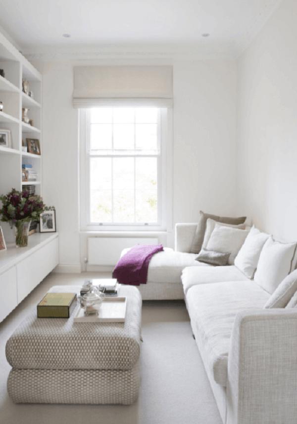 A estante embutida acomoda objetos decorativos e organiza o cômodo