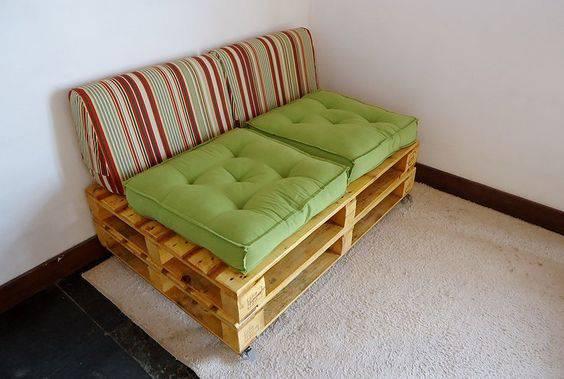 Sofá de Palete com dois assentos de futton
