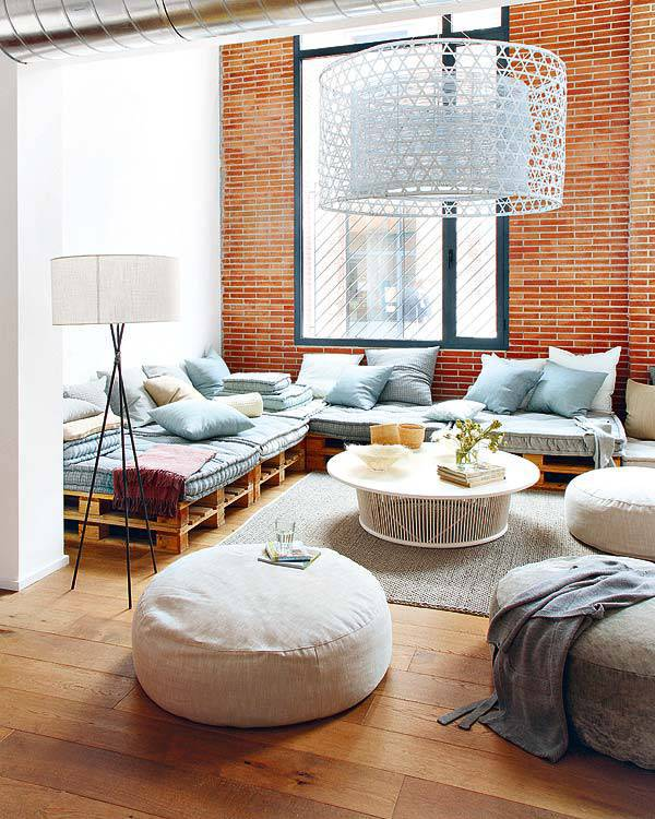 Sofá de Palete com almofadas azuis