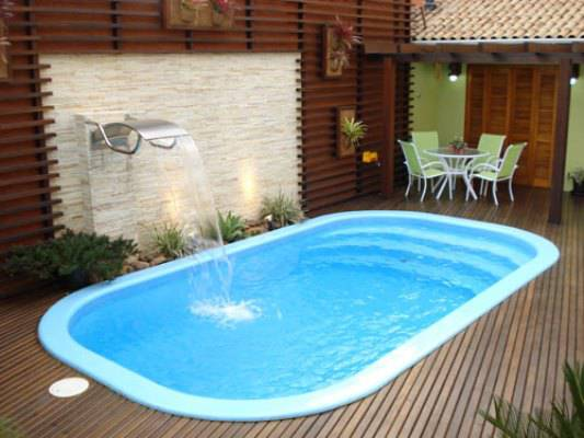 piscina de fibra com borda e deck