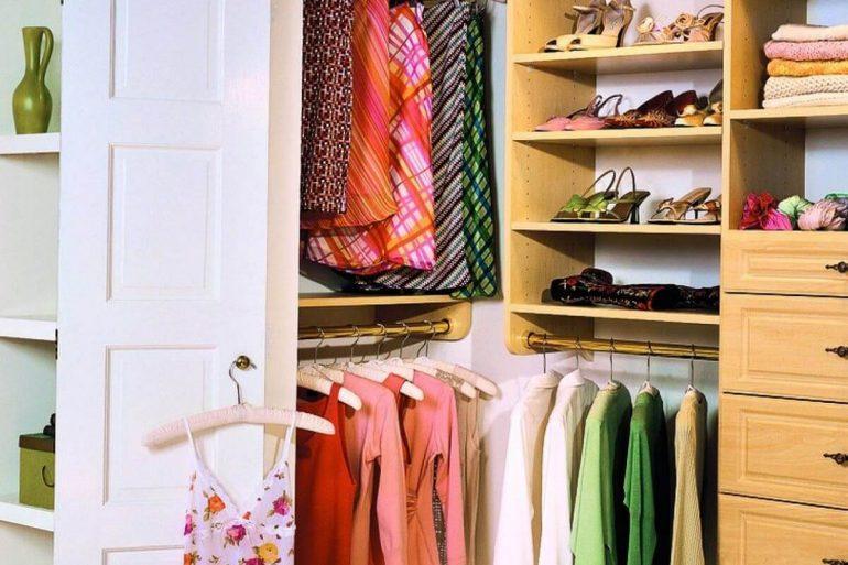 Armário embutido que virou um closet pequeno