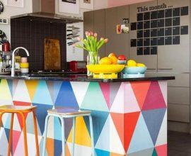 Cozinha americana com balcão colorido