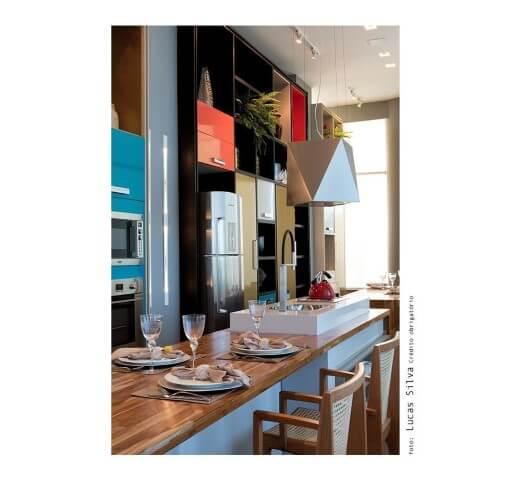 Cozinha colorida azul Projeto de Rafael Brito Pimentel