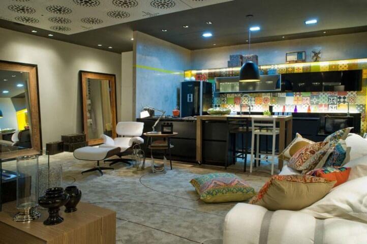 Cozinha colorida com azulejos estampados Projeto de Mariela Felippetti