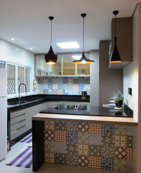 Cozinha colorida com azulejos estampados Projeto de Projeto Express