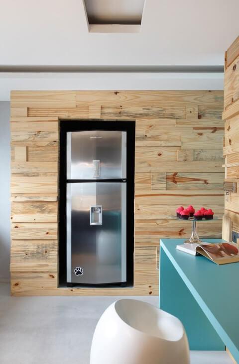 Cozinha colorida com bancada azul Projeto de Guilherme Torres