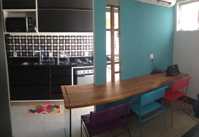 Cozinha colorida com banquetas coloridas Projeto de Adriana Victorelli