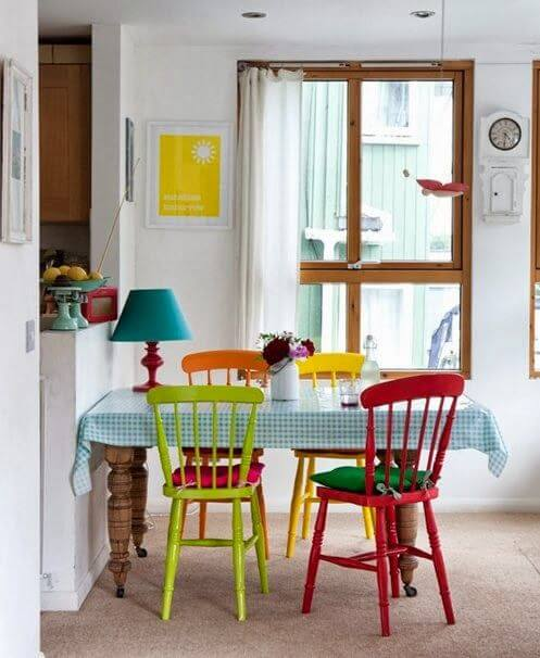 Cozinha colorida com cadeiras coloridas