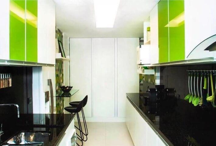 Cozinha colorida com detalhes verdes