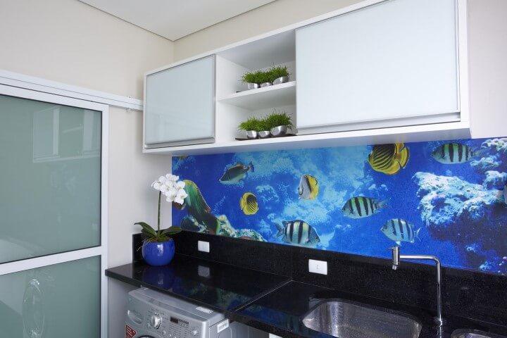 Cozinha colorida com estampa maritma Projeto de Aquiles Nicolas Kilaris