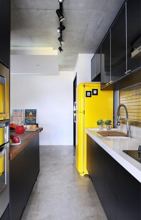 Cozinha colorida com geladeira amarela Projeto de IBD Arquitetura