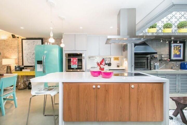 Cozinha colorida com geladeira azul Projeto de DT Estudio