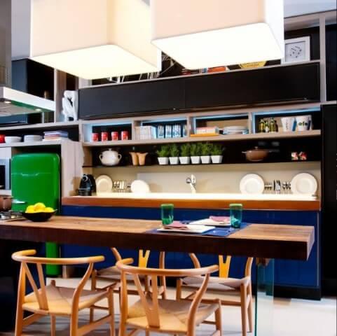 Cozinha colorida com geladeira verde Projeto de Juliana Pippi