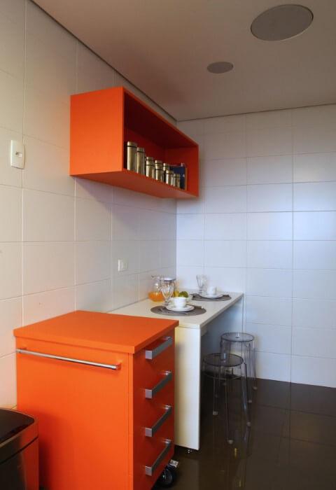 Cozinha colorida com nicho e gaveteiro laranja Projeto de Anna Paula Moraes