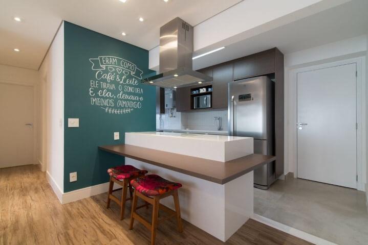 Cozinha colorida com parede azul e estofado vermelho Projeto de Moussi Arquitetura