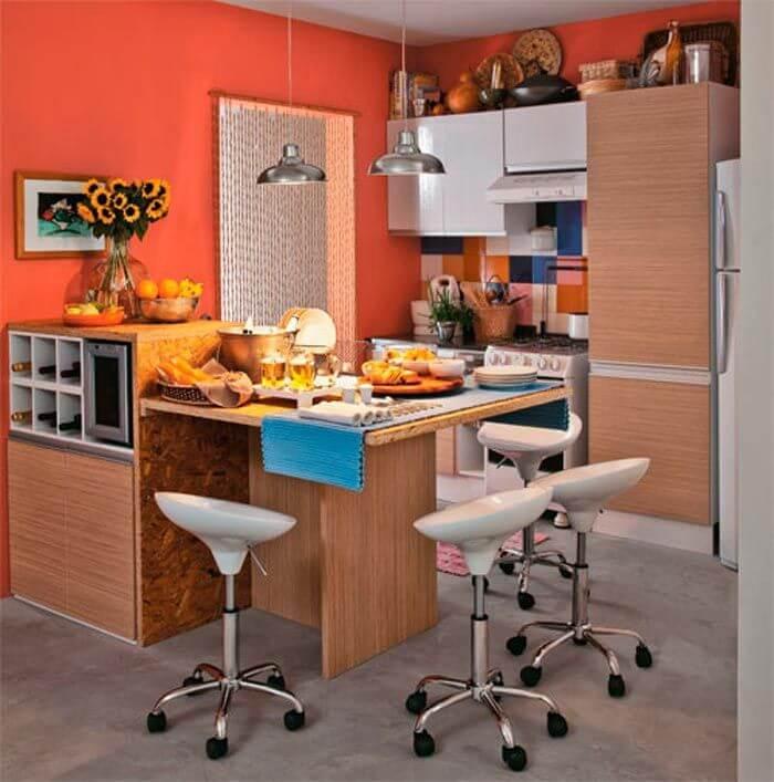 Cozinha colorida com parede laranja