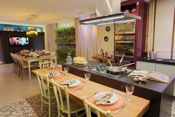 Cozinha colorida com parede roxa Projeto de Lorrayne Zucolotto