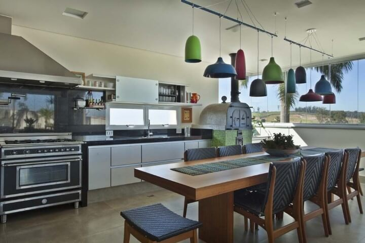 Cozinha colorida com pendentes de cores diferentes Projeto de Guardini Stancati