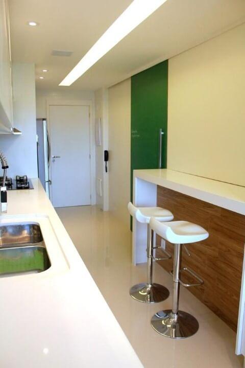 Cozinha colorida com porta verde Projeto de BL Arquitetura
