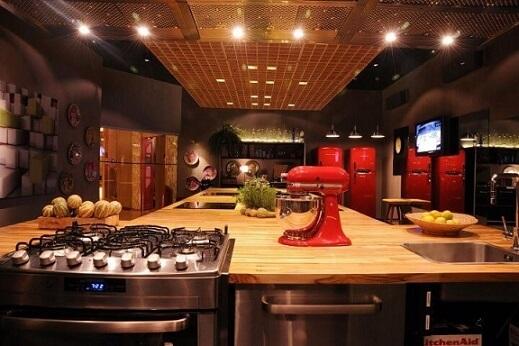 Cozinha colorida com toques vermelhos Projeto de Cristina Bozian