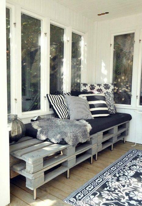 Sofá de palete com pés altos