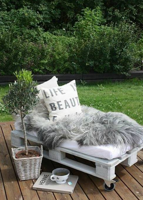 Sofá de palete chique no jardim