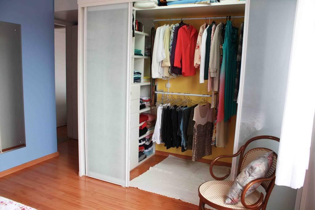 Closet pequeno com porta de vidro fosco