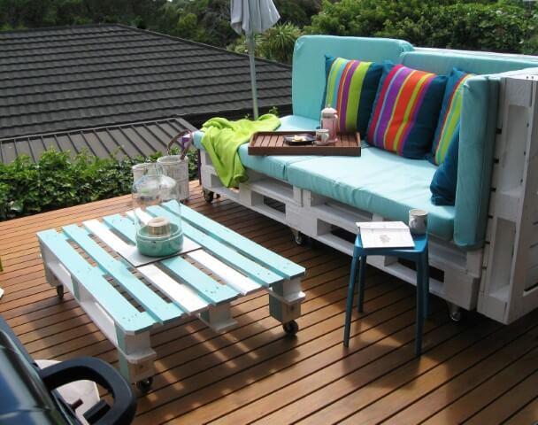 Sofá de palete azul e colorido
