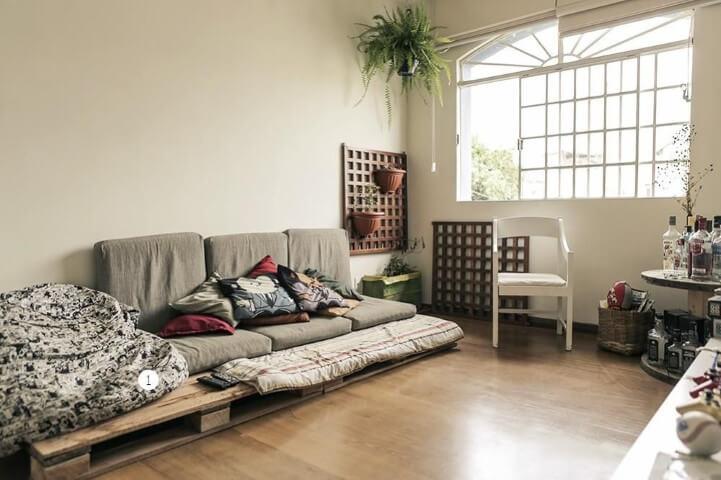 Sofá de palete baixo em sala Projeto de Casa Aberta