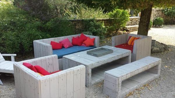 Sofá de palete cinza com almofadas coloridas