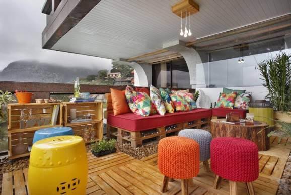 Sofá de palete colorido em área externa Projeto de Morar Mais Por Menos