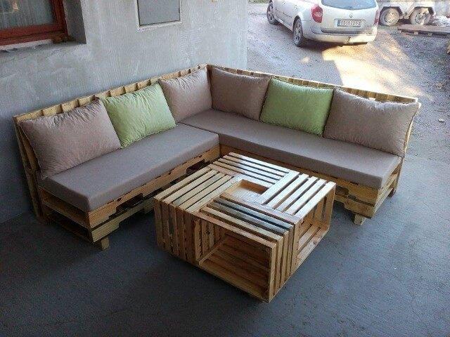 Sofá de palete com cores pastéis
