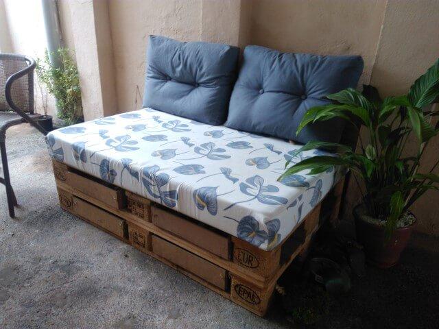 Sofá de palete com gavetas