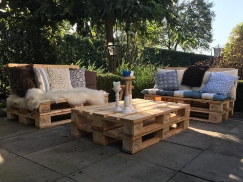 Sofá de palete com mesa de centro de palete