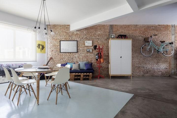 Sofá de palete em sala ampla Projeto de Decoradoria Decoração Online