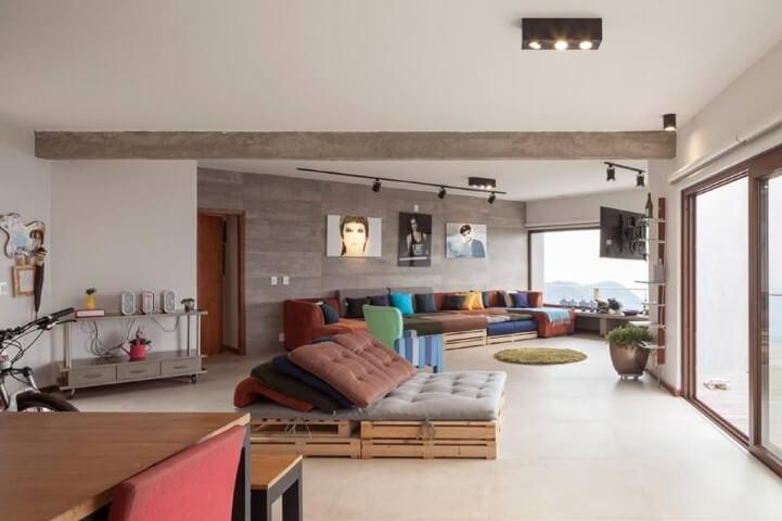 Sofá de palete em salas integradas Projeto de Marlette Lim
