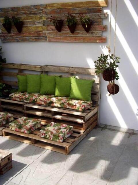 Sofá de palete florido na varanda Projeto de Alessandra Perazzo