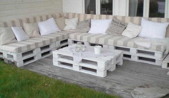 Sofá de palete listrado claro