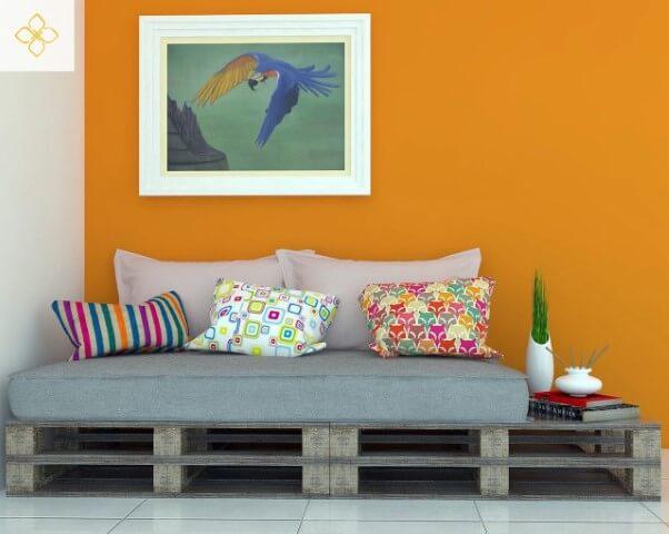 Sofá de palete pequeno com espaço para apoio Projeto de Jessika Martins de Araújo