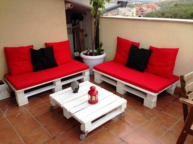 Sofá de palete vermelho