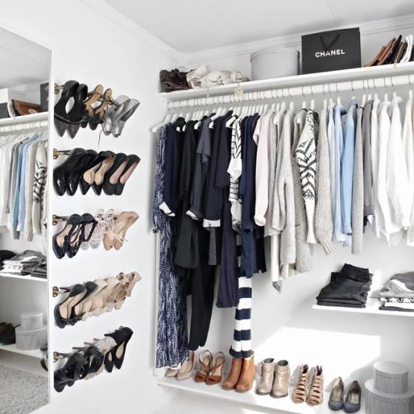 organização de closet pequeno com sapatos na parede