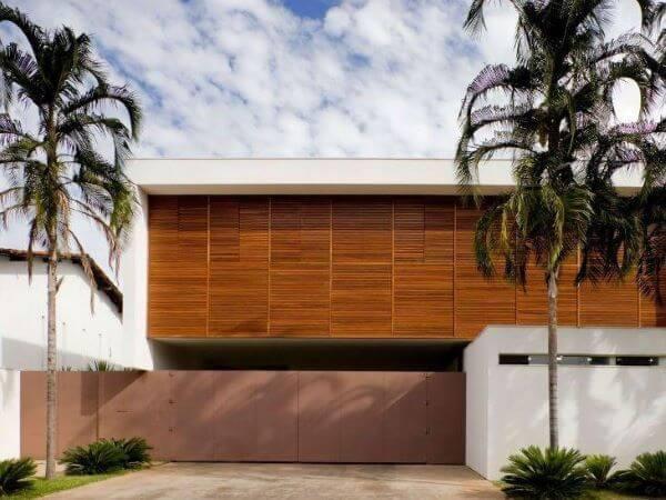 Fachada de casa com muros