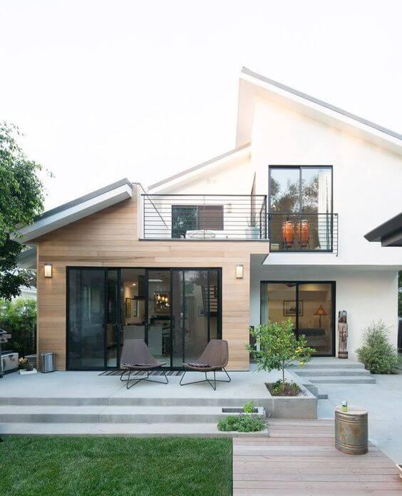 Fachadas modernas com gramado de madeira